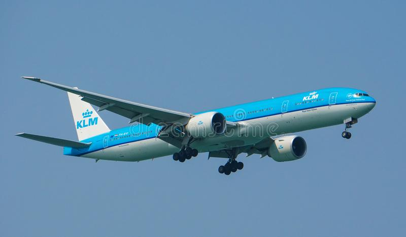 KLM Royal Dutch flygbolagBoeing 777-300ER landning fotografering för bildbyråer