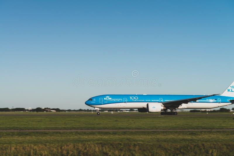 KLM:s flygplan är redo att lyfta från banan, Boeing 787-9, KLM:s kungliga dutch-flygbolag, banan Polderbaan royaltyfria foton