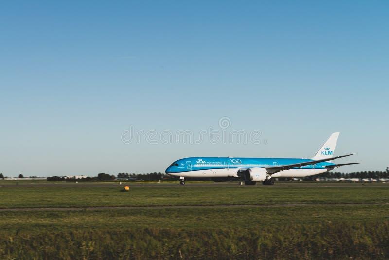 KLM:s flygplan är redo att lyfta från banan, Boeing 787-9, KLM:s kungliga dutch-flygbolag, banan Polderbaan royaltyfri foto