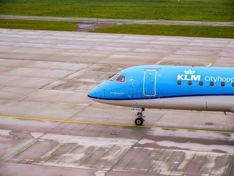 KLM samolot taxiing przy Zurich lotniskiem obrazy stock