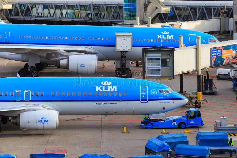 KLM sprutar ut på porten royaltyfri bild