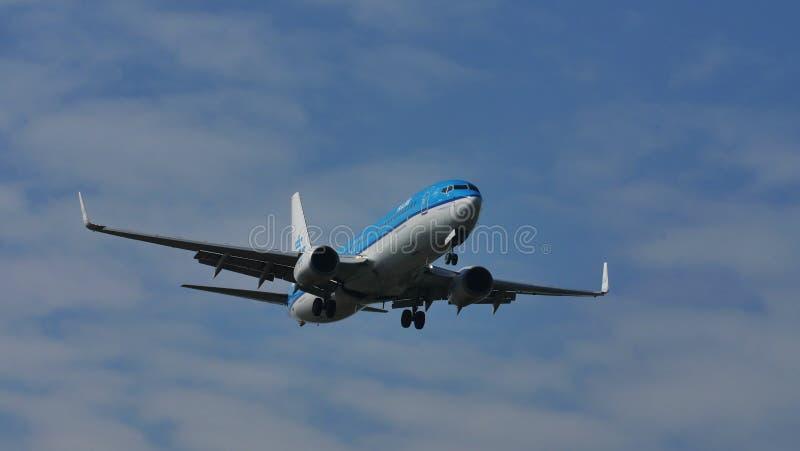 KLM surfacent dans le ciel, débarquant photographie stock