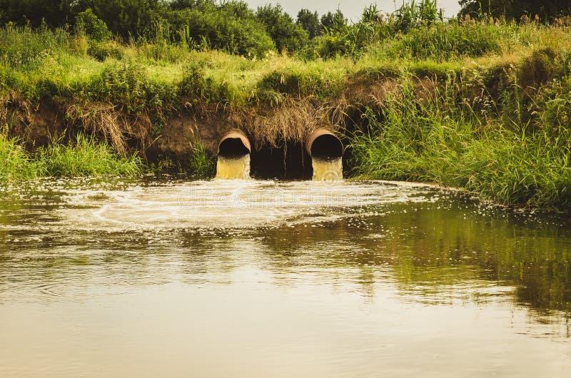 kloak från avkloppet förorenar ett flöde för sjön/för förlorat vatten från vattenröret in i sjön arkivfoton