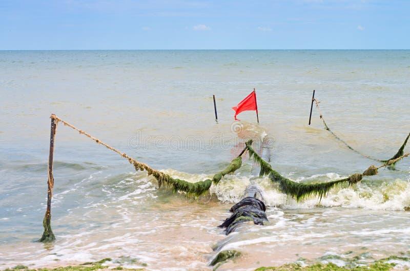 Kloak på kusten av havet arkivbild