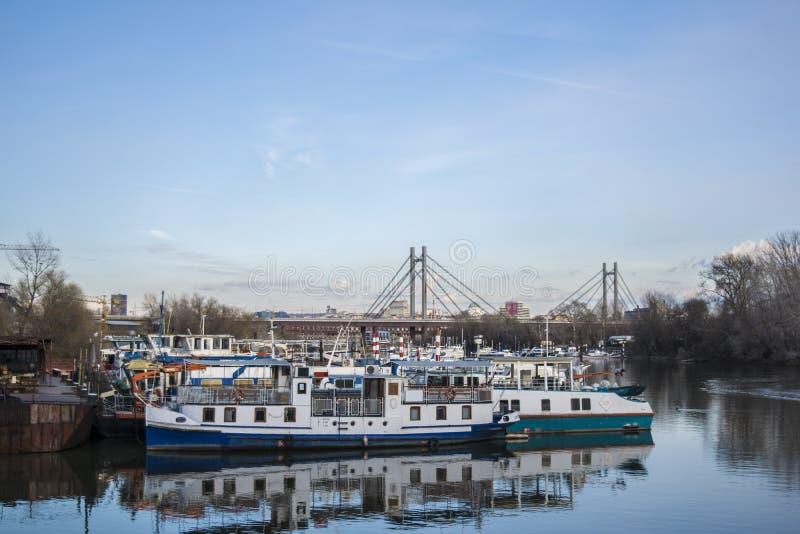 Klocka över hamnen från ada-bron arkivbilder