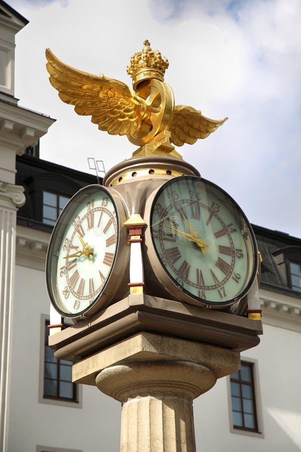 Klocka Środkowy plan, zegar z koroną obok środkowego pociągu zdjęcia royalty free