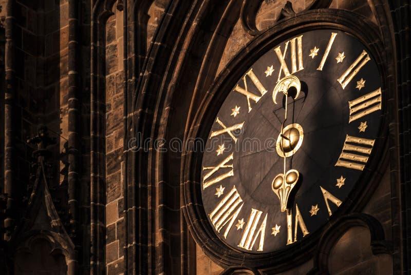 Klocka av den storstads- domkyrkan av helgon Vitus, Wenceslaus och Adalbert i den Prague slotten royaltyfri foto