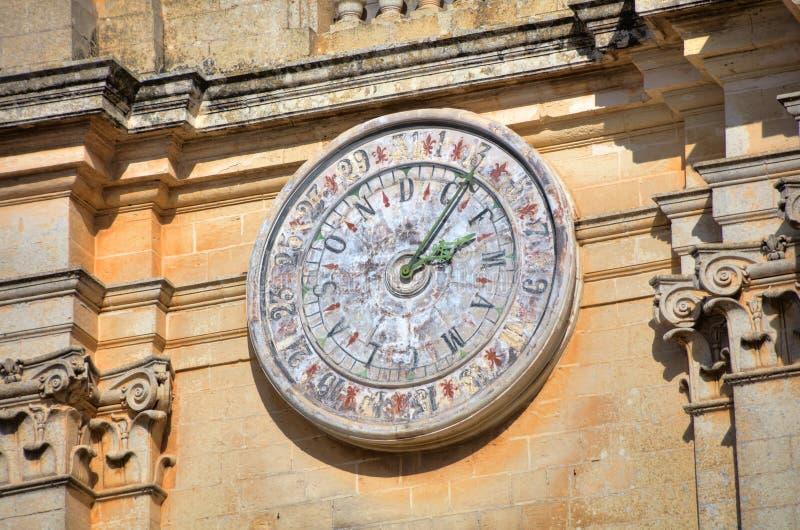 Klocka av Stet Peter & Paul Cathedral i staden av Mdina, i Malta royaltyfria bilder