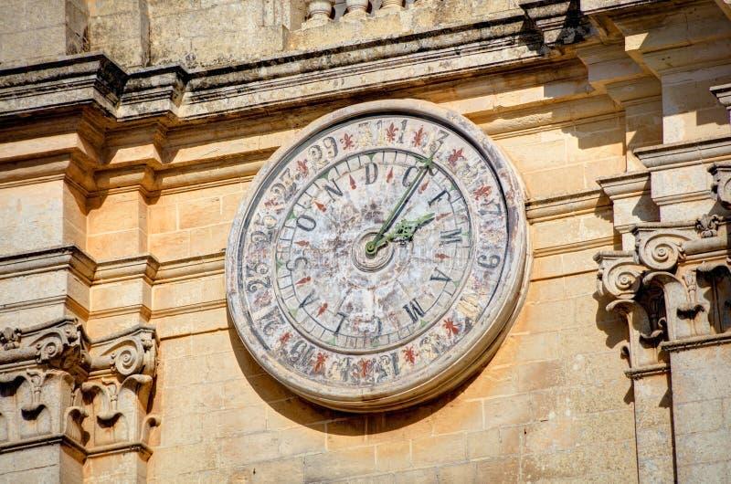 Klocka av Stet Peter & Paul Cathedral i staden av Mdina, i Malta fotografering för bildbyråer