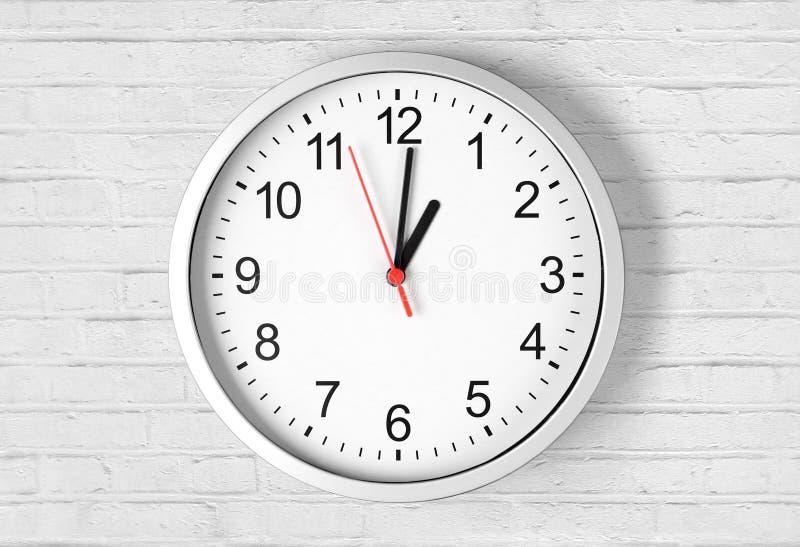 Klocka eller klocka på tegelstenväggen royaltyfria foton