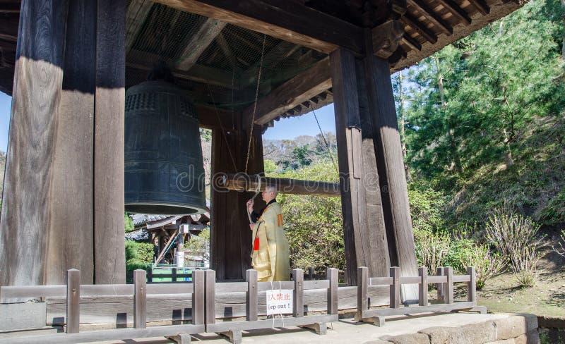 Klocka för munk och för forntida tempel i Zen Buddhist Temple på Kamakura, Japan royaltyfri bild