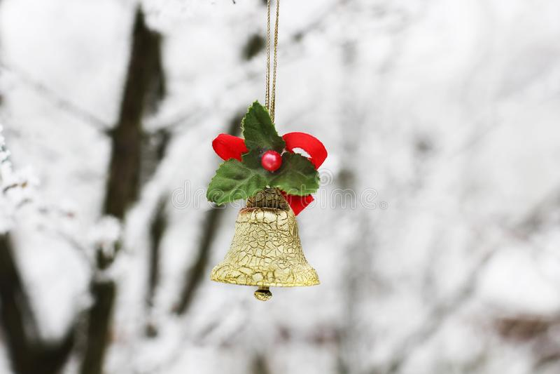 Klocka för ` s för nytt år Julleksak på ett träd i vinter royaltyfri bild