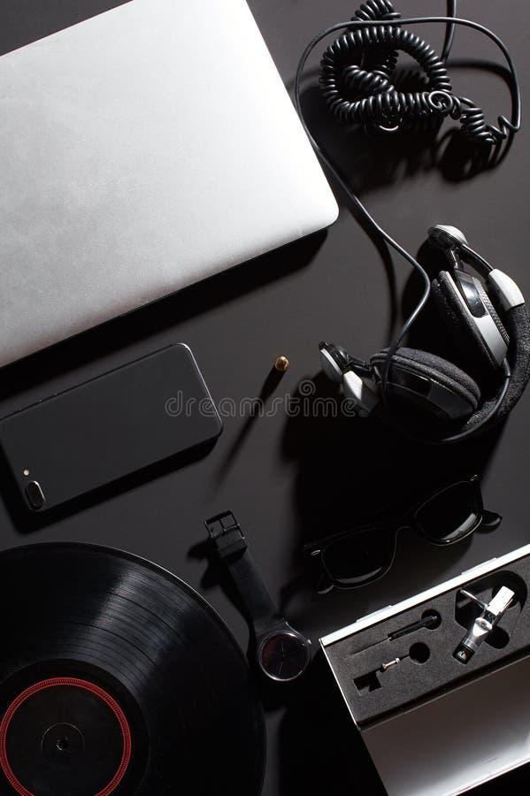 Klocka för smartphone för hörlurar för visare för vinylDj-bärbar dator royaltyfria bilder