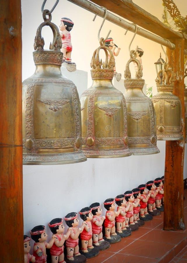 Klocka hängning i templet royaltyfria bilder