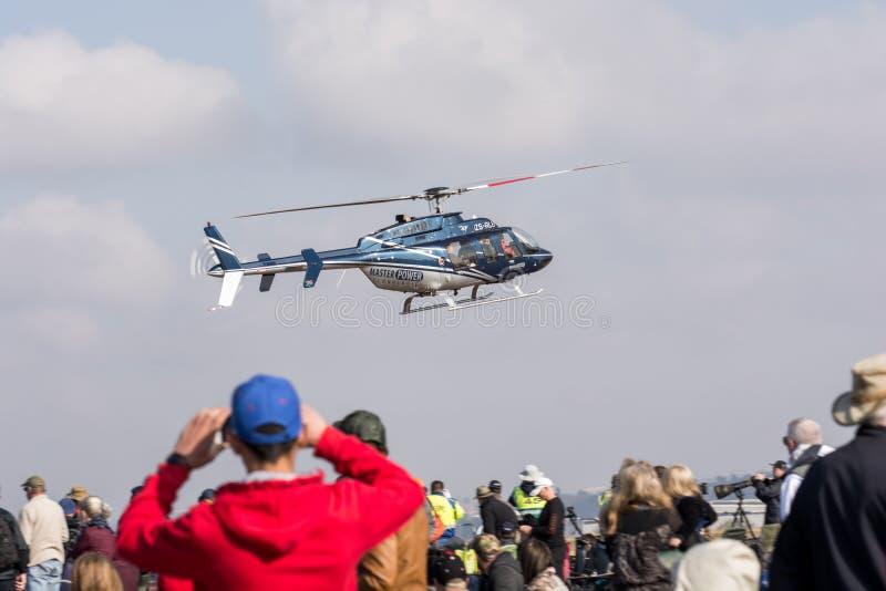 Klocka 407 helikopterskärm på Rand Airshow 2018 medan spect fotografering för bildbyråer