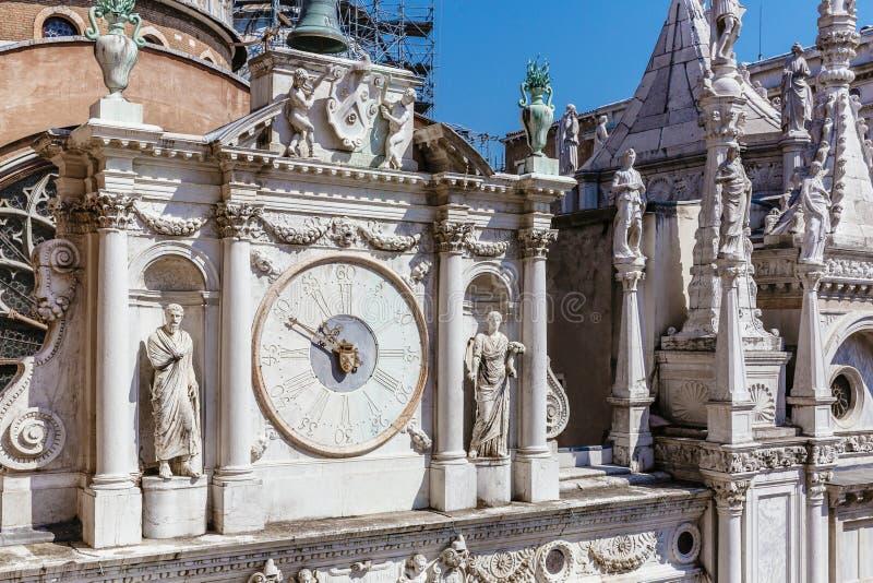 Klocka i domstolen av den hertigliga slotten av Venedig, Italien arkivbilder