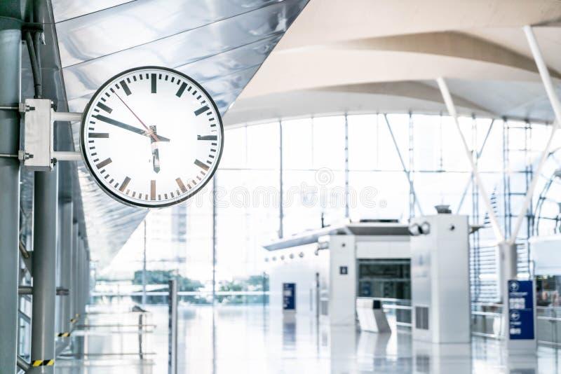 klocka i flygplats royaltyfria foton