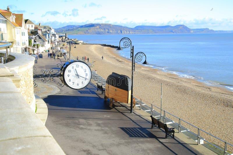 Klocka i stad av Lyme Regis arkivfoton