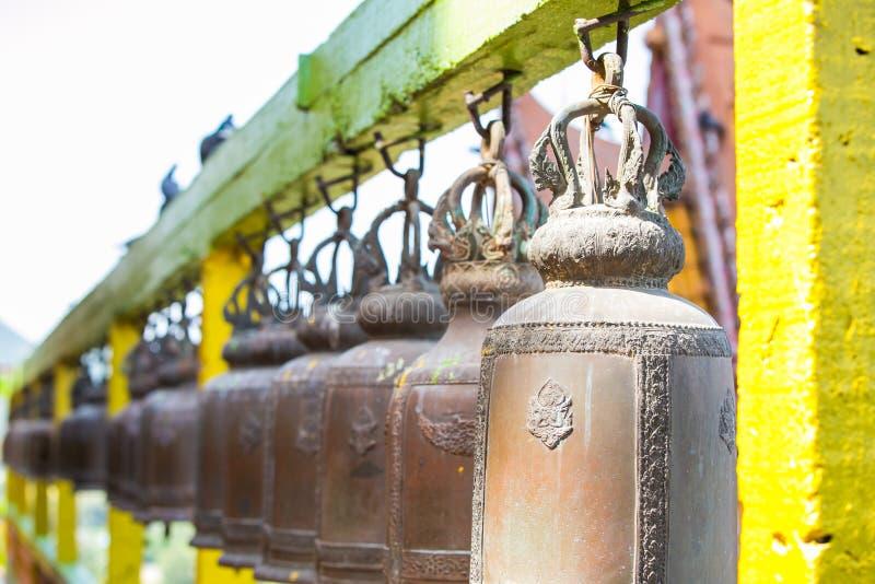 Klocka i templet på Kanchanaburi royaltyfri foto