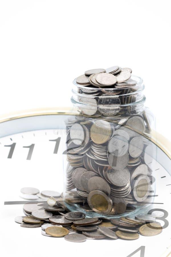 Klocka med kruset av mynt för thailändsk baht arkivbild