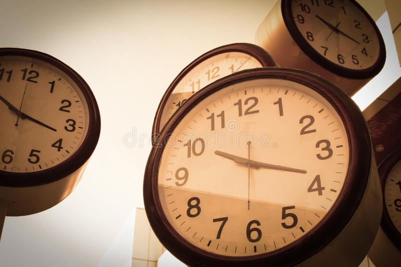 Klocka och kontorsbyggnader arkivfoton