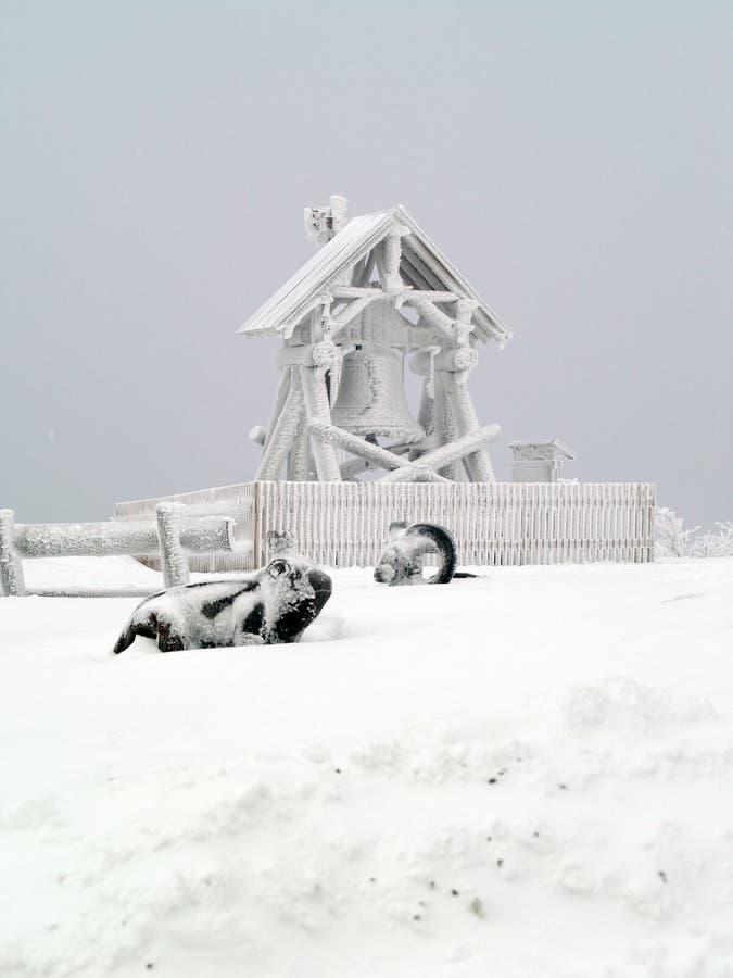 Klocka på bergstoppet i vintern arkivbilder