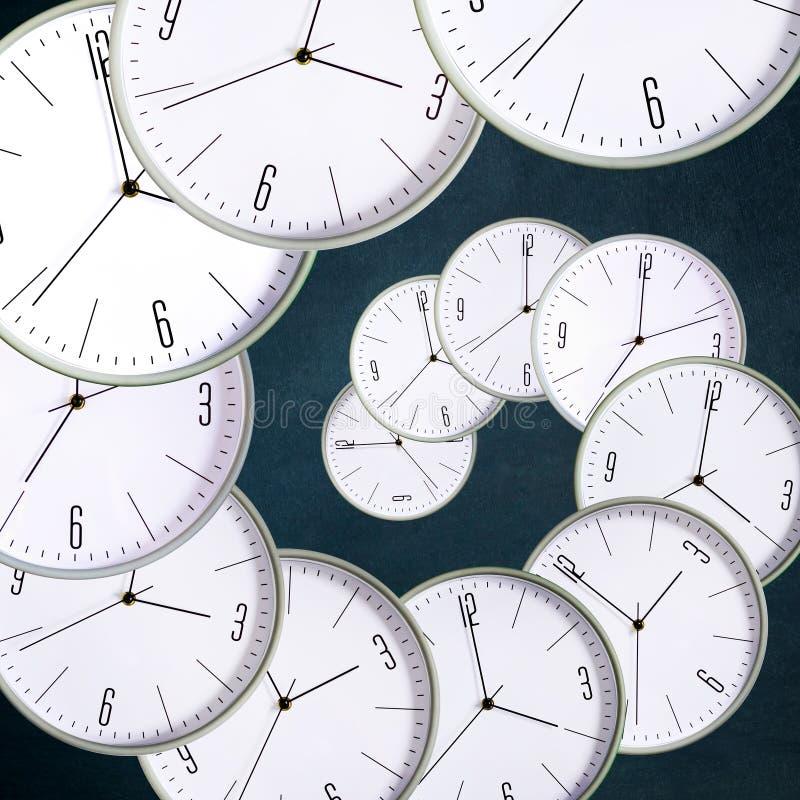 Klocka på en mörk bakgrund Begreppsbrist av tid ackumulatorer lateness arkivfoto