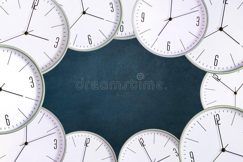 Klocka på en mörk bakgrund Begreppsbrist av tid ackumulatorer lateness vektor illustrationer