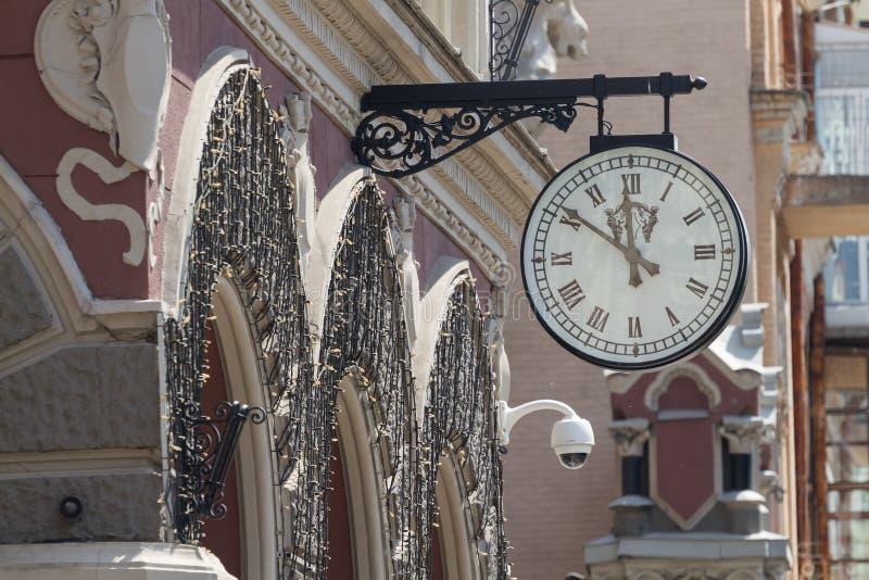 Klocka på fasaden av National Bank i Kyiv royaltyfri fotografi