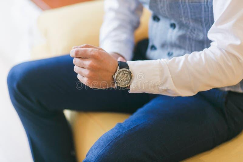 Klocka på handen för man` s Brudgum som förbereder sig för bröllopceremoni Selektiv fokus royaltyfria foton