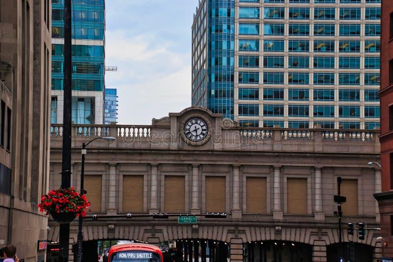 Klocka på planskilda korsningen av drevstationen i den i stadens centrum Chicago öglan under sommar, med anslutningsbussen i förg royaltyfri fotografi