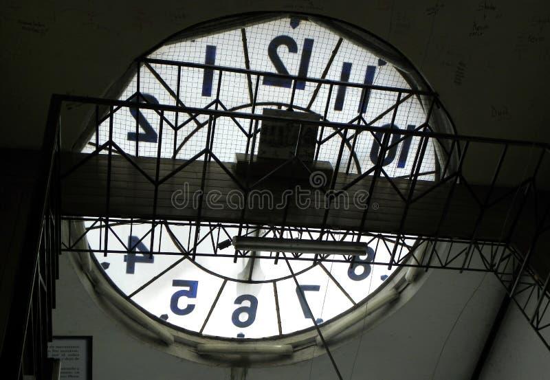 Klocka på tornet av basilikadel Voto Nacional ecuador quito royaltyfri foto