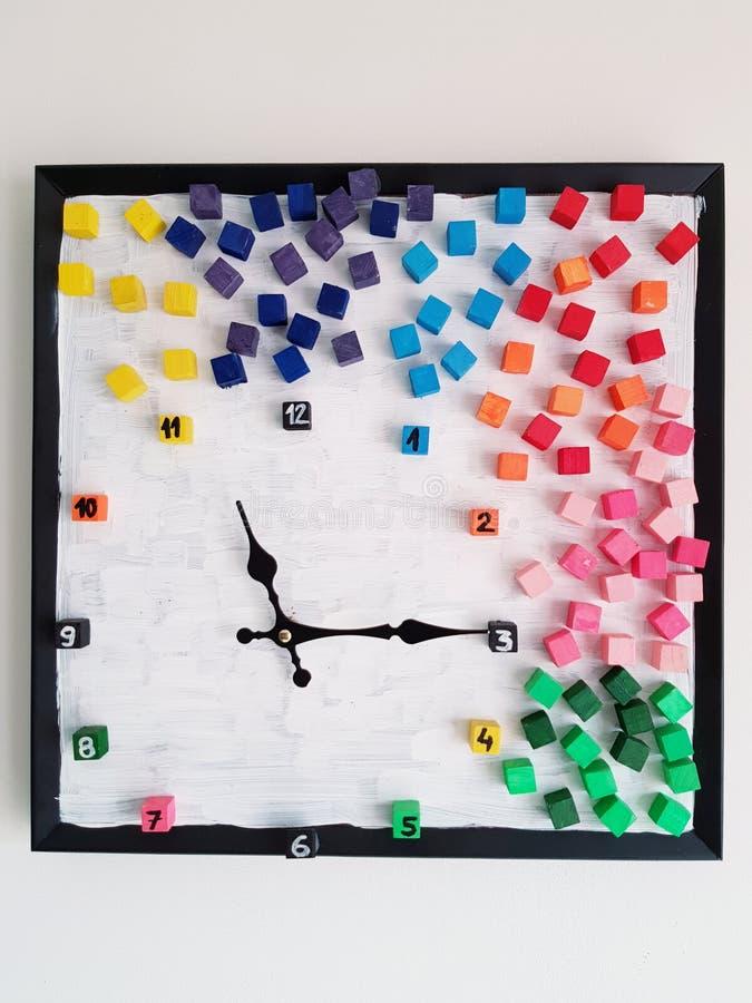 klocka som dekoreras med kulöra kuber fotografering för bildbyråer