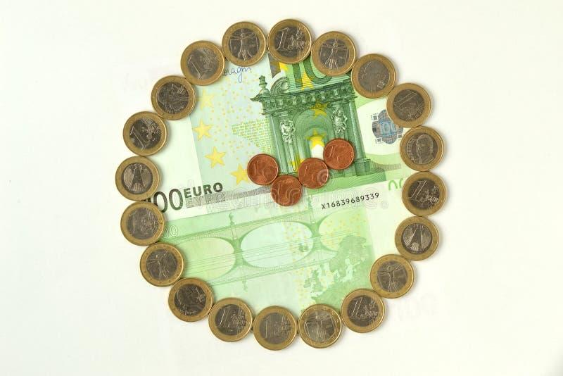 Klocka som göras ut ur euromynt och sedlar - Tid är pengar royaltyfri foto
