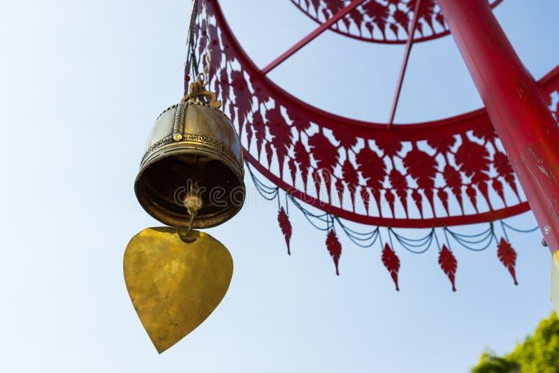 Klocka som hänger från det traditionella metallparaplyet arkivbilder