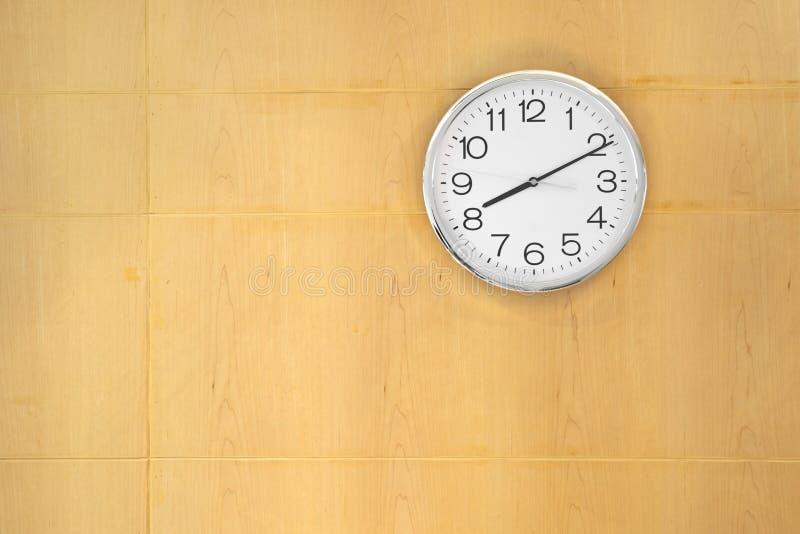 Klocka som hängs på träväggen arkivbilder