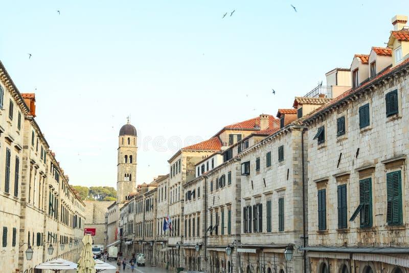 Klocka torn av den Franciscankyrkan och kloster arkivfoto