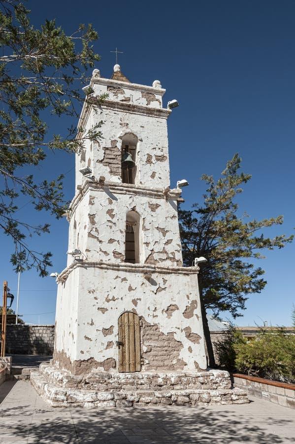 Klocka torn av den kyrkliga Campanarioen de San Lucas på den huvudsakliga fyrkanten för Toconao by - Toconao, Atacama öken, Chile royaltyfria foton
