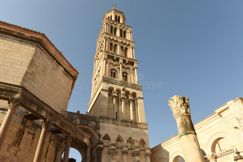 Klocka torn av den Sanka Domnius domkyrkan i splittring, Kroatien royaltyfri fotografi