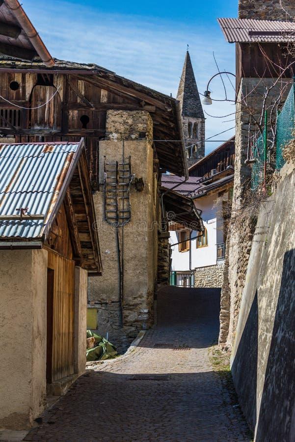 Klocka torn av det italienska bergkapellet i liten by Region Trentino, Italien arkivbilder
