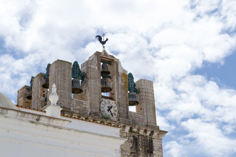 Klocka torn av domkyrkan av Faro (Portugal) arkivfoto