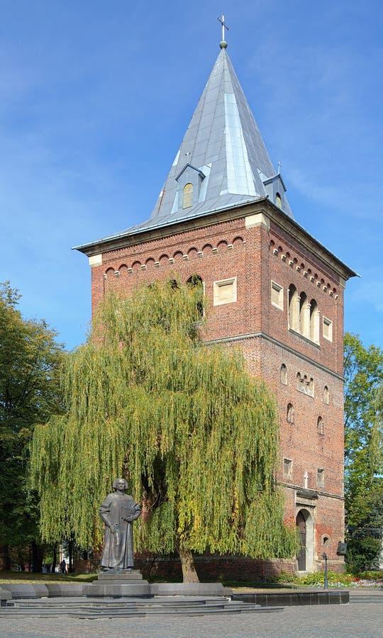 Klocka torn av kyrkan av St Bartholomew och monumentet av Yuriy Dr royaltyfria foton