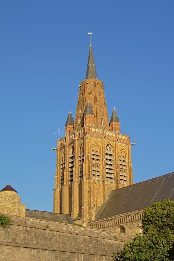 Klocka torn av kyrkan glise Notre-Dame av för vår dam- eller Ã-‰ i Calais, Frankrike, i aftonsolljus fotografering för bildbyråer