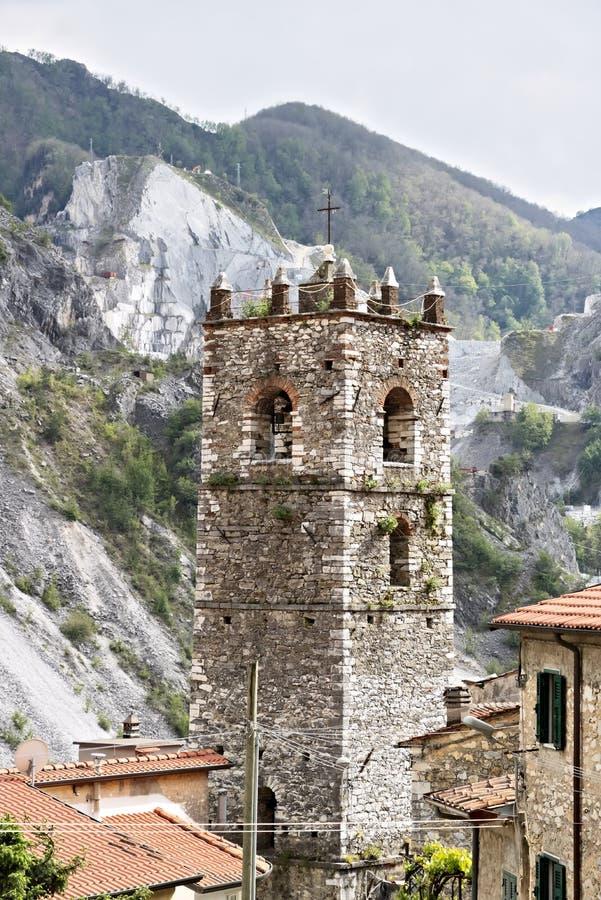 Klocka torn av kyrkan som byggs med vitmarmorkiselstenar Colonnata Carrara, Tuscany, Italien arkivbild