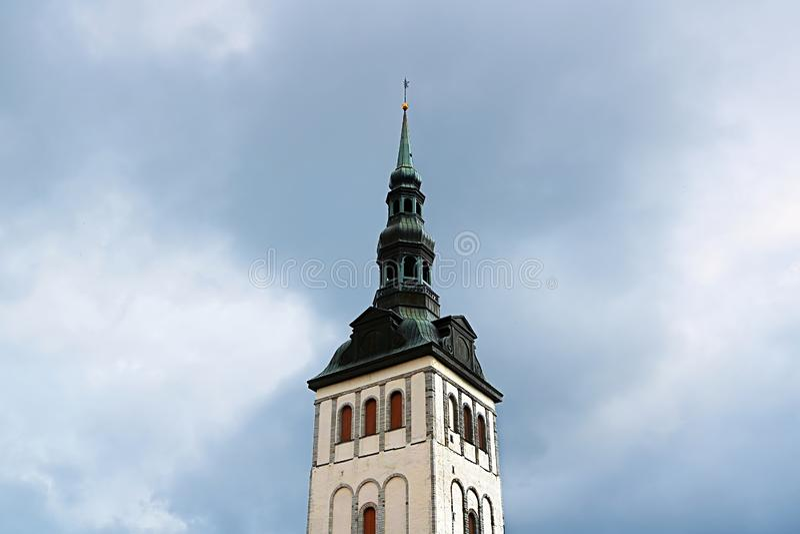 Klocka torn av kyrkan av St Nicholas i Tallinn, Estland royaltyfri bild