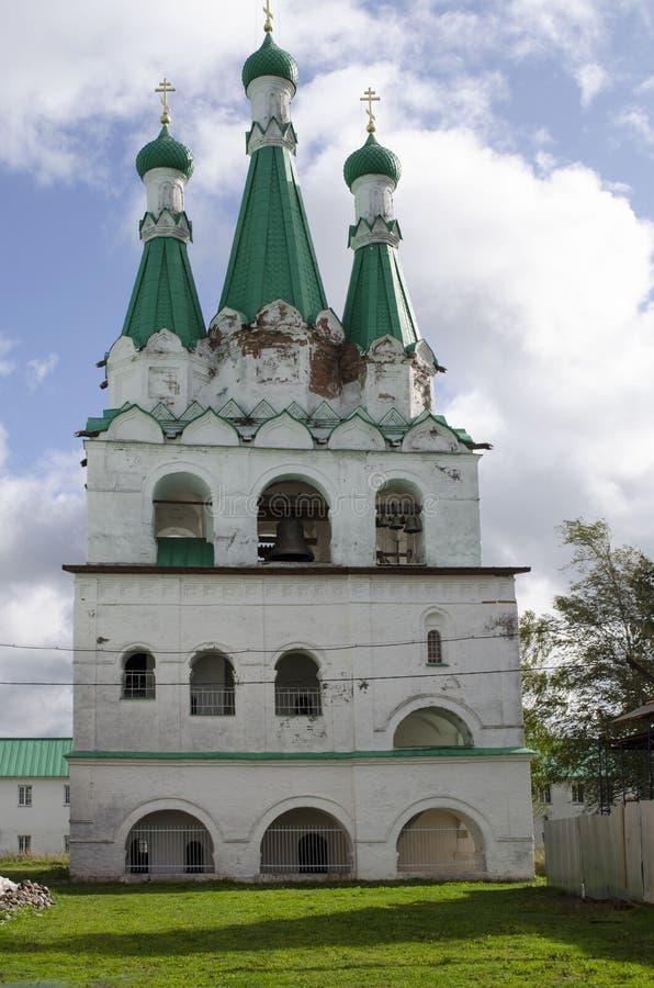 Klocka torn av Treenighetdomkyrkan den Alexander-Svirsky klosterLeningrad regionen Ryssland royaltyfri bild