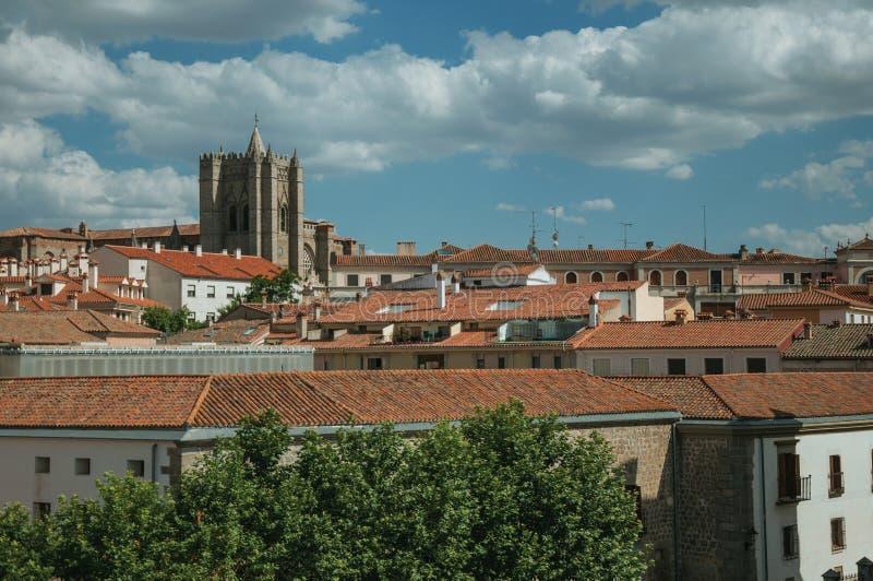 Klocka torn från gotisk domkyrka under tak på Avila royaltyfri bild