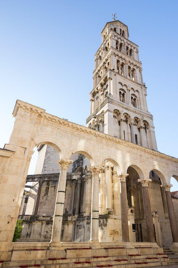 Klocka torn i splittring, Kroatien arkivbild