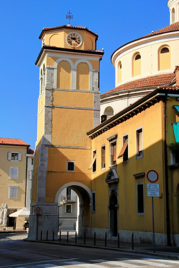 Klocka torn med porten av barock Vitus domkyrkaRijeka Kroatien royaltyfria bilder
