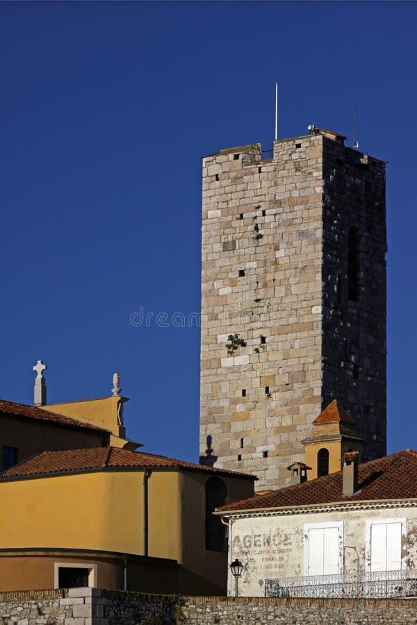 Klocka torn nära domkyrkan i Antibes, Frankrike royaltyfri foto
